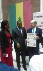 L'ambassadeur américain, l'organisateur du salon Amcham et Diyé Sarr de Financiak Afrik. C'était au stand du journal panafricain.