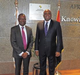 Dr. Benedict Oramah, Président d'Afreximbank (droite) avec Ade Ayeyemi, Directeur Général du Groupe Ecobank, à la fin de l'atelier de stratégie Afreximbank-Ecobank au Caire.