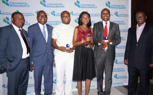 Le Commisaire adjoint aux Finances et Assurances du Nigéria, George Onekhena (sur la gauche), Directeur général du Groupe Continental Reinsurance Plc, Dr Femi Oyetunji (deuxième sur la gauche) et le Commisaire aux Assurances du Kenya, Sammy Makove (sur la droite) félicitent les 3 lauréats : Evans Boah-Mensah (Ghana), Nike Popoola (Nigéria) et Steve Mbogo (Kenya)