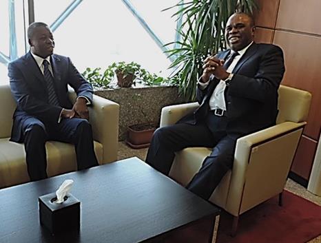 Le Président du Togo, Faure Gnassingbé (gauche), avec le Président d'Afreximbank, Dr. Benedict Oramah, lors de sa visite au siège d'Afreximbank au Caire