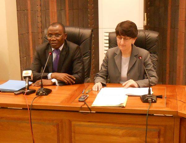 Sani Yaya, ministre togolais des finances, et Cemile Sancak, chef mission du FMI