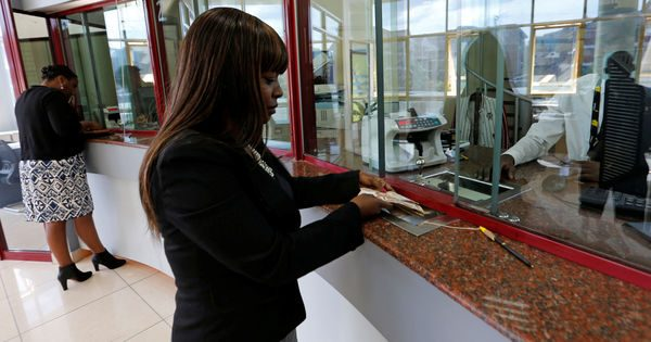 4993448_3_e65a_dans-une-banque-kenyane-a-nairobi-en-juin-2_f56b1036f2945751d8a7f680f00ebcba