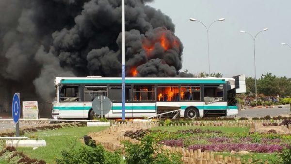 Légende : Un bus de la Société des transports de Lomé (Sotral) mis à sac ce mardi à Lomé. ©DR