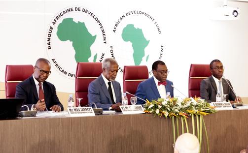 De gauche à droite : Max Bankole Jarrett, directeur adjoint de l'Africa Progress Panel; Kofi Annan, président de l'Africa Progress Panel; Akinwumi Adesina, président du Groupe de la Banque africaine de développement; et Amadou Hott, vice-président verte de la Banque africaine de développement chargé de l'électricité, de l'énergie, du climat et de la croissance, lors du lancement du rapport de l'Africa Progress Panel, le 13 mars 2017 au siège de la BAD, à Abidjan.