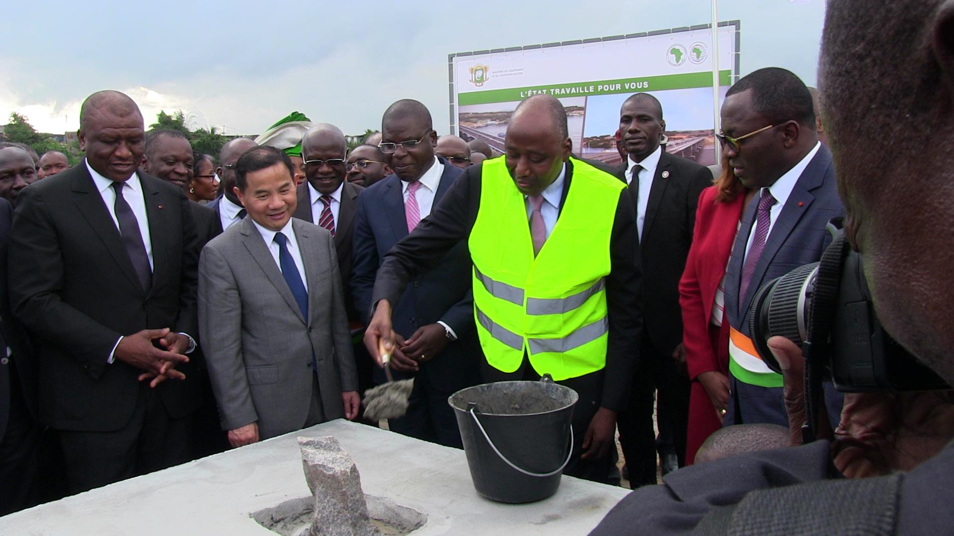 Pose de la première pierre du chantier par le premier ministre gon coulibaly en présence des membres du gouvernement et de lambassadeur de chine